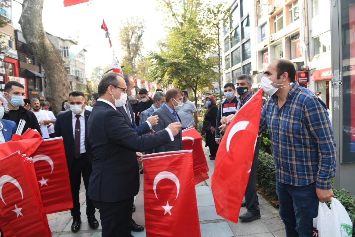 Kocaeli'de 97 bin bayrak dağıtıldı