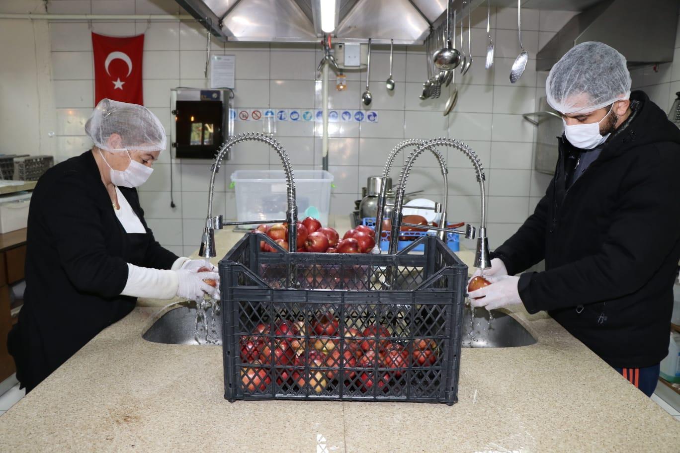 Büyükşehir'den koronavirüs savaşçılarına meyve desteği
