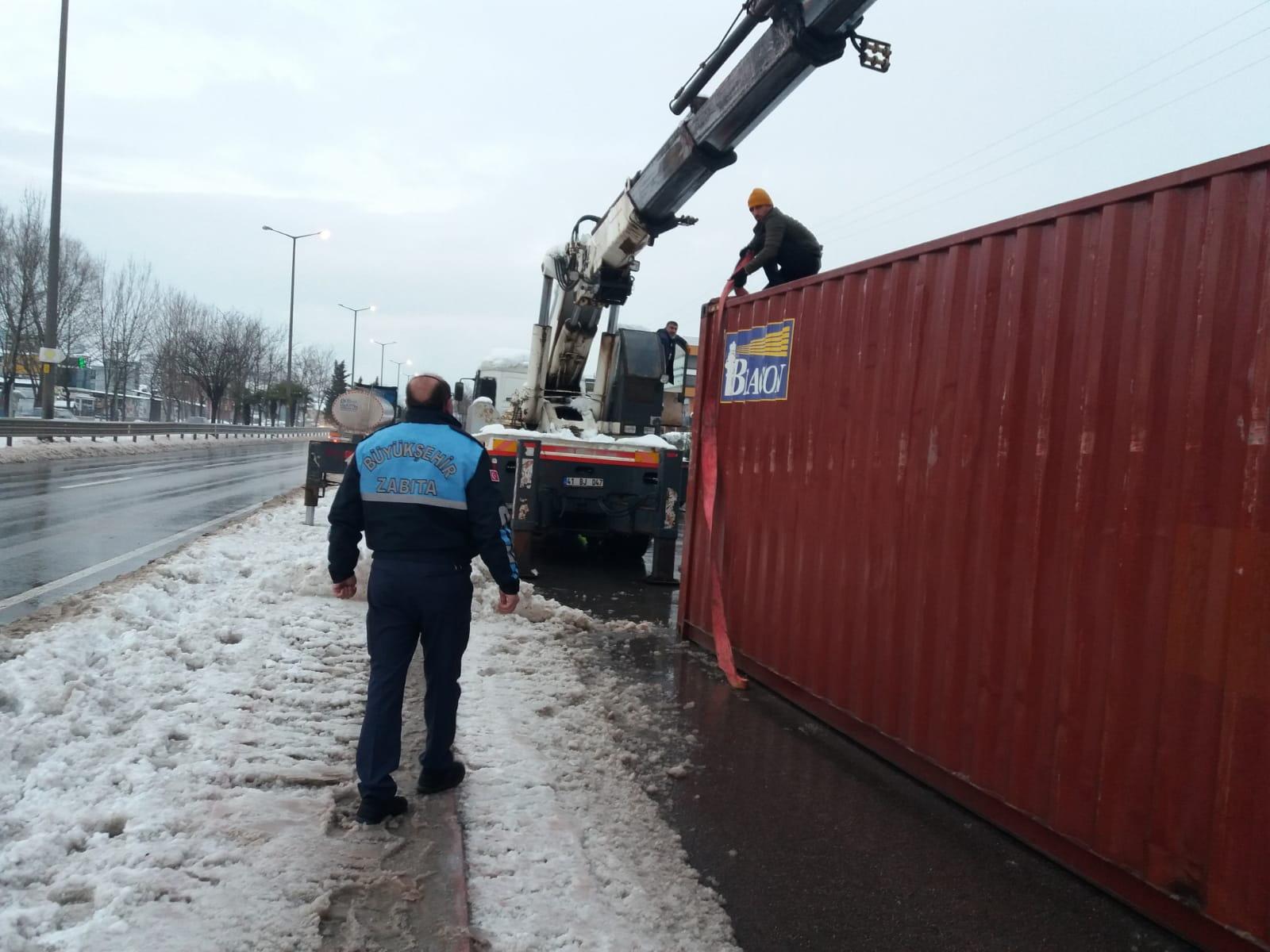 Devrilen konteyneri zabıta gördü