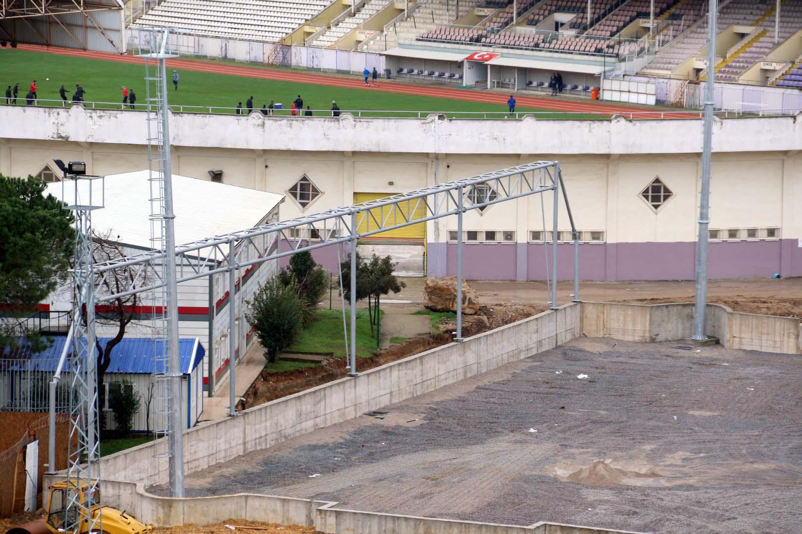 Gebze'deki yeni stadın aydınlatma direkleri dikildi