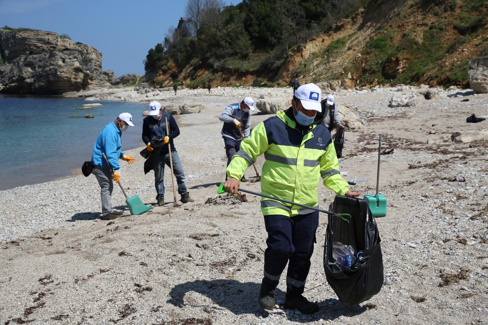 Plajcılar kirletti, onlar temizledi!