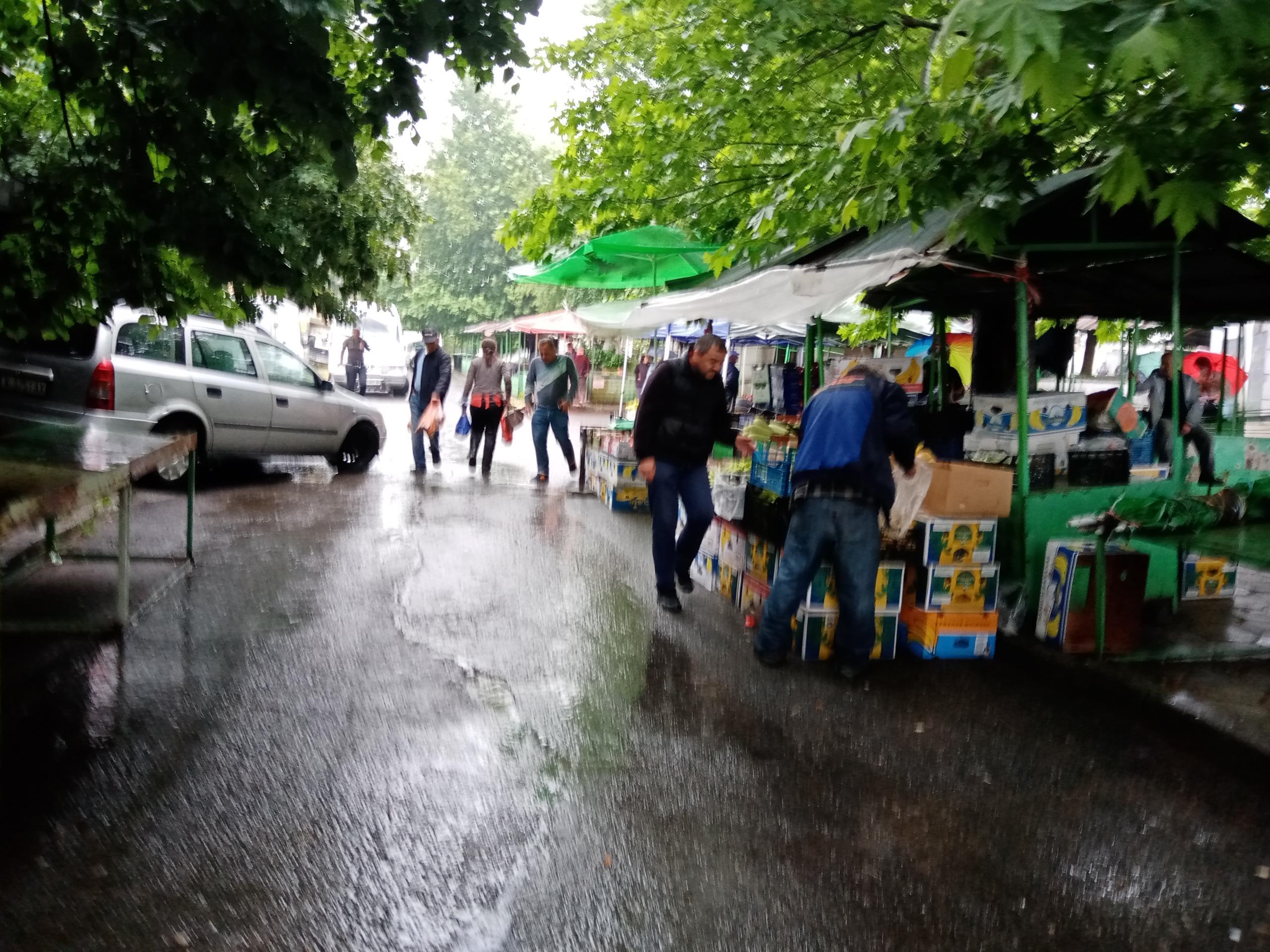 Yağmurlu hava Mestanlı pazarını da olumsuz etkiledi