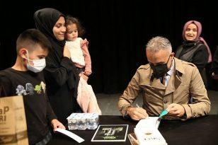 Çayırova Fuarında Bekir Develi kitaplarını imzaladı